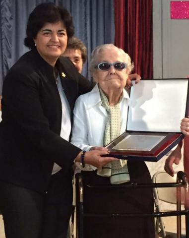 La presidenta del Segrià fa entrega d'una placa commemorativa a la Sra. Anna Maria Garcia