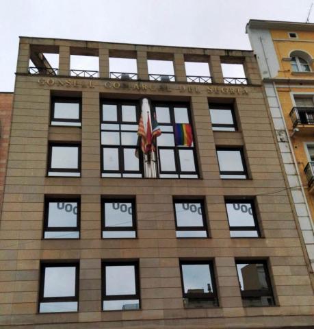 La bandera LGTBI penja de la façana del Consell Comarcal del Segrià